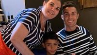 <p>Ronaldo kini sudah memiliki empat anak yakni Cristiano Jr. (9), si kembar Eva dan Mateo (2), dan Alana yang baru berusia 1,5 tahun. Keempat anak Ronaldo juga sangat dekat dengan sang nenek. (Foto: Instagram @doloresaveiroofficial)</p>