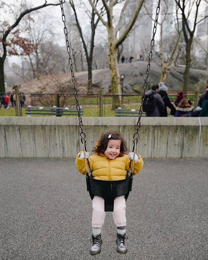Seraphina Rose kerap mencuri perhatian netizen. Gadis cilik berusia 2,5 tahun itu terlihat sangat fotogenik dan pandai bergaya.