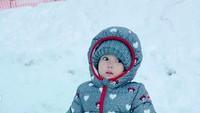 <p>Ekspresi Seraphina kali ini lucu banget. Antara menahan dingin atau kaget karena terbenam di hamparan salju ya? (Foto: Instagram @yaswildblood)</p>