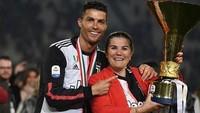 <p>Kesuksesan Ronaldo mendapat trofi, baik bersama klub maupun pribadi, tentu tak lepas dari doa dan dukungan ibunda tercinta. Dolores pun selalu ada saat putranya meraih trofi seperti pada 19 Mei lalu di Juventus Stadium, saat menyabet gelar <em>Scudetto</em> atau juara Serie A Italia. Sangat inspiratif... (Foto: Instagram @doloresaveiroofficial)</p>