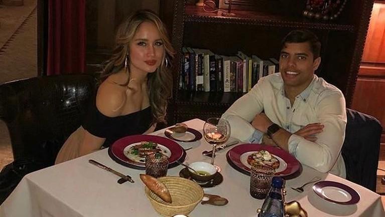 Cinta Laura dan Frank terlihat makan malam bersama dan mengabadikan momen kebersamaan mereka di Instagram.