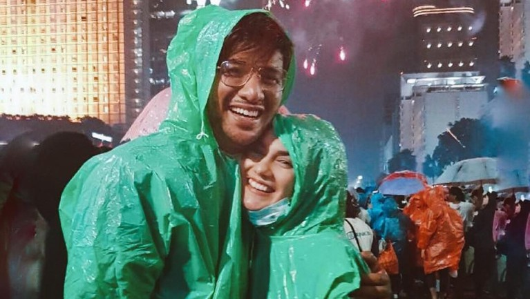 Keduanya dikabarkan menjalin hubungan asmara setelah Irish Bella mengunggah foto ketika mereka menghabiskan waktu malam tahun baru bersama.