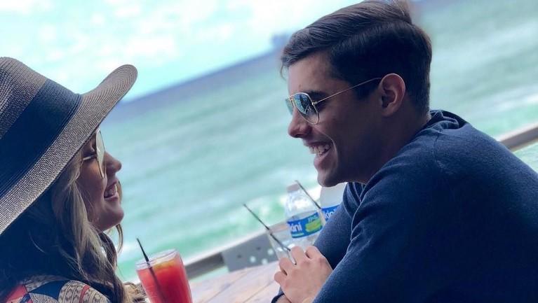 Terlihat pandangan Cinta dan mantan kekasih yang saling bertatapan penuh cinta dan senang saat menghabiskan waktu bersama di Puerto Rico. Kemesraan itu kini tinggal kenangan.