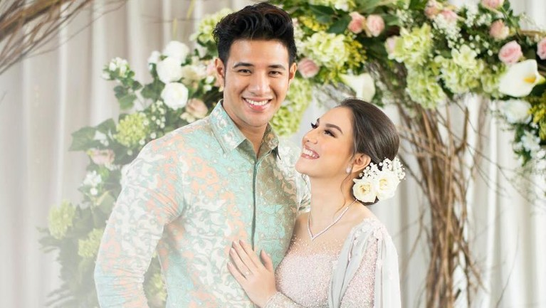 Sah! Irish Bella dan Ammar Zoni resmi menjadi pasangan suami istri pada 28 April 2019 yang berlokasi di Pine Hall, Bandung.