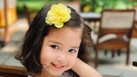 <p>Meski baru berusia 2,5 tahun, gaya Seraphina sudah sangat mencuri perhatian warganet. Lihat deh, Bun, senyumannya manis sekali. (Foto: Instagram @yaswildblood)</p>