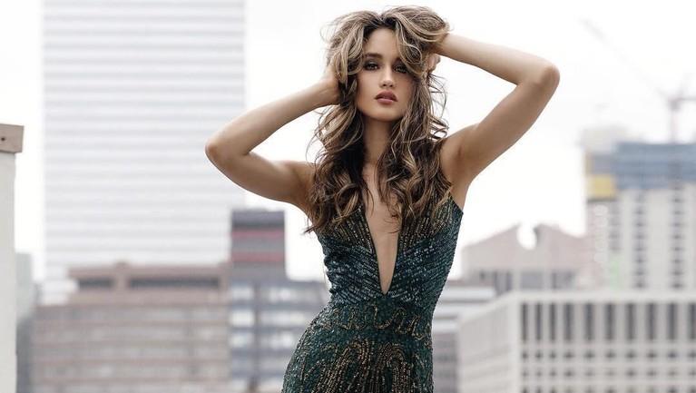 Cinta Laura Kiehl, pesona aktris juga penyanyi cantik ini memang menjadi sorotan publik karena kerap memamerkan keseksiannya dengan memakai baju terbuka.