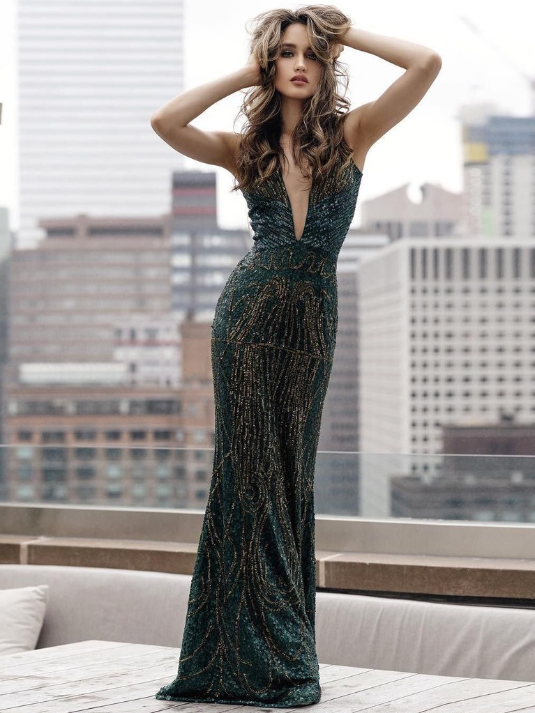 Penampilan Cinta Laura sangat glamor dengan balutangaun panjang nan seksi.