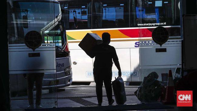 Pemudik mulai ramai di Terminal Terpadu Pulogebang, Jakarta, Jumat, 31 Mei 2019. Jumlah pemudik di terminal ini melonjak tiga kali lipat sejak berlangsungnya aktivitas mudik Lebaran 2019. Pada H-6 Lebaran atau Kamis pukil 19.00 WIB tercatat mencapai 8.576 penumpang menggunakan 271 bus Antar Kota Antar Provinsi (AKAP). CNNIndonesia/Safir Makki