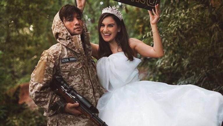 Ammar Zoni dan Irish Bella melakukan prewedding dengan tema adventure, yang terlihat dari gaya Irish Bella yang memakai gaun princess dan Ammar yang memakai baju loreng lengkap dengan membawa senjata.
