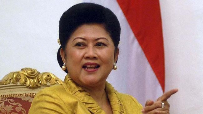 Ani Yudhoyono meninggal dunia pada Sabtu (1/6) di Rumah Sakit Universitas Nasional, Singapura. Dia meninggal karena penyakit kanker darah yang menggerogotinya.