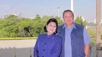 <div>Sejak Februari lalu, Ani harus dirawat di NUH Singapura karena mengidap kanker darah. SBY pun senantiasa menemani Ani, begitupun anak, mantu, dan cucunya. (Foto: Instagram/ @aniyudhoyono)</div><div></div>