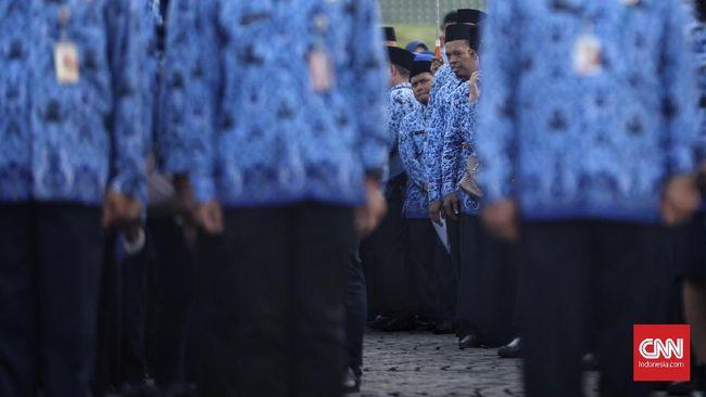 Sejumlah Pegawai negeri sipil (PNS) Pemrov DKI  mengikuti upacara Hari Kelahiran Pancasila di Silang Monas, Jakarta, 1 Juni 2019. Pemerintah menginstruksikan seluruh Pegawai Negeri Sipil (PNS) untuk mengikuti upacara tersebut jelang libur panjang dan cuti bersama Hari Raya Idul Fitri.