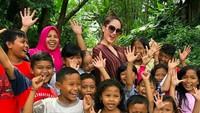 <p>Senyum semuanya! Happy-nya anak-anak ini dan Cinta Laura saat foto bareng. (Foto: Instagram/ @claurakiehl) </p>