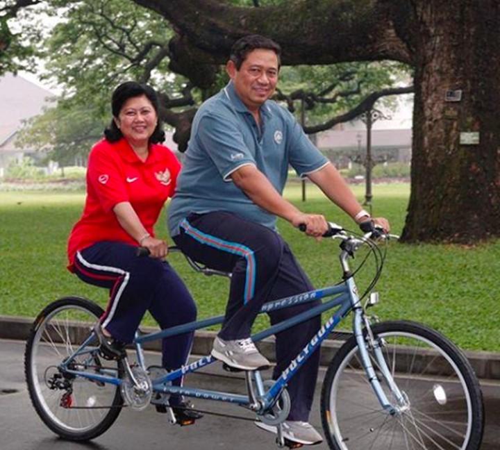 Menikah selama 43 tahun, kemesraan pasangan SBY dan Ani Yudhoyono senantiasa awet hingga kini, maut yang memisahkan keduanya.