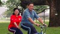 <div>Naik sepeda seperti ini kata Ani ibarat dia dan SBY yang senantiasi saling dukung dalam berbagai hal. (Foto: Instagram/ @aniyudhoyono)</div><div></div>
