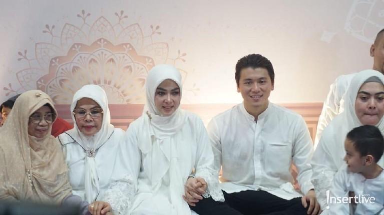 Reino juga mengungkapkan rasa bahagianya bisa berbagi dengan sesama. Ini juga sebagai bentuk wujud rasa syukurnya bisa melewati Ramadan dengan istri tercintanya.