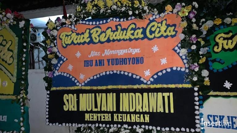 Begitu pun Menteri Keuangan, Sri Mulyani Indrawati, yang juga mengirimkan karangan bunga sebagai ucapan dukanya untuk Ani Yudhoyono.