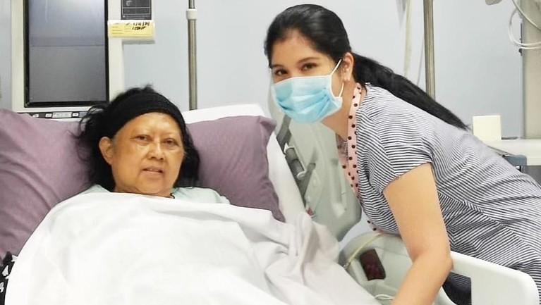 Bersama Annisa Pohan, ia sempat berfoto bersama ketika Ibu Ani Yudhoyono berada di ruang rawat inap.