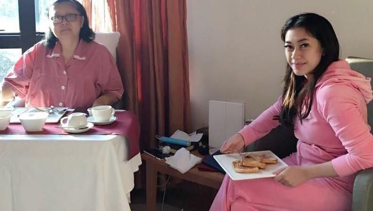 Momen makan bersama, Ibu Ani Yudhoyono bersama sang menantu, Aliya Rajasa.