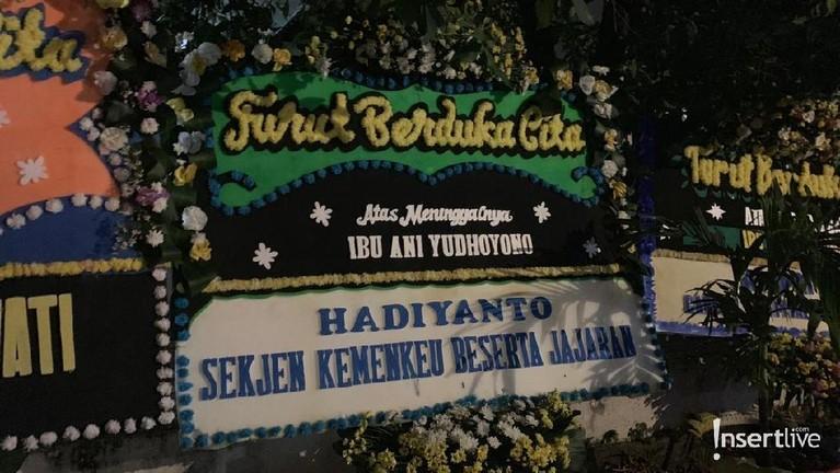 Karangan bunga dari Sekertaris Jenderal Kementerian Keuangan RI, Hadiyanto, juga ada di jejeran depan rumah SBY.