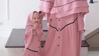 <p>Nah kalau ini gaya si bungsu Cut Shafiyyah Mecca Al-Fatih mengenakan gamis dengan detail <em>pleat</em> di bagian bawah. Bayi yang disapa Dek Sya ini sudah pintar bergaya lho seperti Bunda Shireen Sungkar. (Foto: Instagram @shireensungkar)</p>