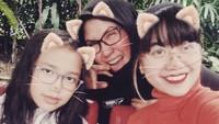 Meskipun sudah menginjak 51 tahun, pemilik nama lengkap Nicky Nastitie Karya Dewi ini terlihat awet muda ya, Bunda. Masih suka seru-seruan juga bareng putrinya. (Foto: Instagram @nikki_nick04)