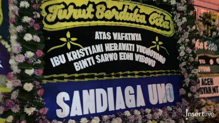 Karangan bunga dari Sandiaga Uno yang dikirimkan langsung ke Puri Cikeas.