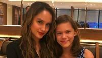 <p>Gadis cilik ini malu-malu nih diajak foto bareng Cinta Laura. (Foto: Instagram/ @herdianak) </p>