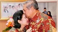<div>Kecup sayang SBY untuk Ani yang berulang tahun. (Foto: Instagram/ @aniyudhoyono)</div><div></div>