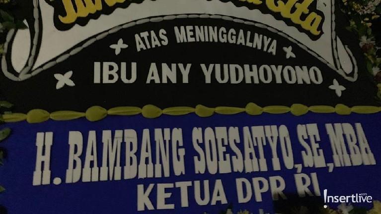 Ketua DPR RI, Bambang Soesatyo, juga ikut mengirimkan karangan bunga.