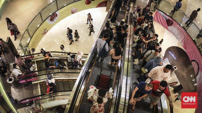 Keramaian pengunjung saat program midnight sale, di Grand Indonesia Mall, Jakarta, 31 Mei 2019.  Grand Indonesia Mall menggelar midnight sale pada tanggal 31 Mei  dan 1 Juni 2018. Midnight sale di Mal Grand Indonesia dimulai pukul 20.00 dan berakhir pukul 00.00 WIB. (CNNIndonesia/ Hesti Rika)