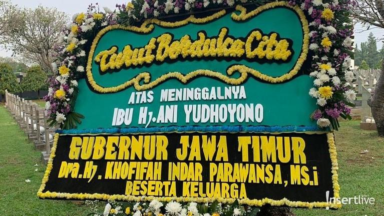Gubernur Jawa Timur, Khofifah Indar Parawansa, sudah terlebih dulu mengirimkan karangan bunga untuk Ibu Ani. Karangan itu dikirim langsung ke TMP Kalibata, Jakarta Selatan.