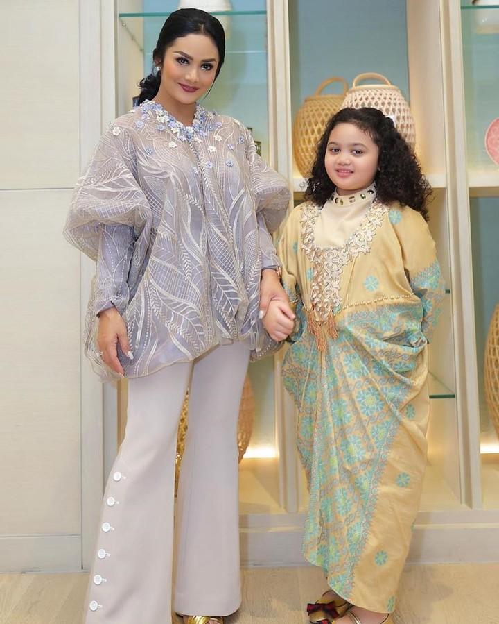 Model gamis masih menjadi favorit untuk baju muslim anak.