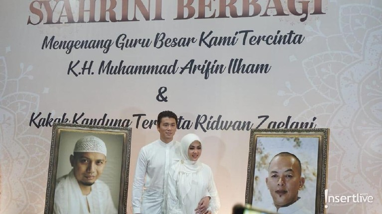 Dalam acara itu Syahrini juga turut mengenang sosok almarhum sang kakak, Ridwan Zaelani, dan Ustaz Arifin Ilham.