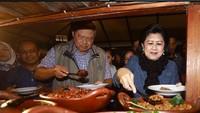 <div>Menikmati hidangan khas Yogyakarta di alun-alun makin nikmat jika ditemani pasangan. (Foto: Instagram/ @aniyudhoyono)</div><div></div>