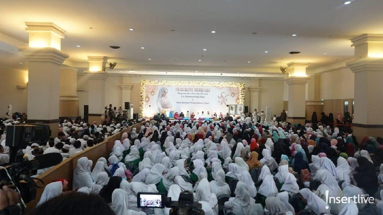 Pasangan fenomenal Syahrini dan Reino Barack menggelar acara buka puasa bersama dengan 2.500 anak Yatim. Acara itu digelar di Masjid Az Zikra, Sentul, Bogor.