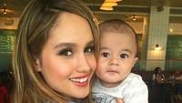 <p>Wah, Cinta sudah terbiasa nih rupanya menggendong bayi yang merupakan salah satu keponakannya. (Foto: Instagram/ @herdianak) </p>