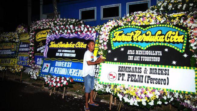 Suasana haru mewarnai kedatangan jenazah Ani Yudhoyono di Landasan Udara Halim Perdanakusuma.