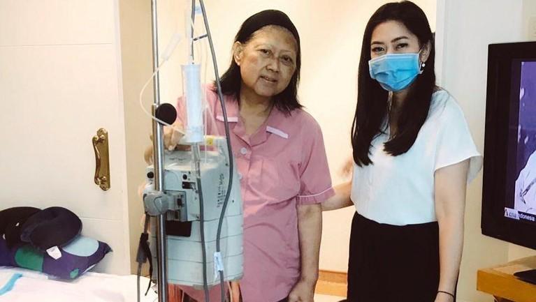 Bersama Aliya Rajasa juga sempat mengabadikan momennya ketika Ibu Ani Yudhoyono sudah bisa berdiri.