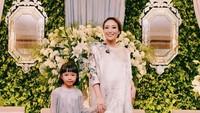 <p>Anak sulung Ayu Dewi, Aqilah Dewi Humairah sama-sama modis nih seperti bundanya. Tengok saja gayanya mengenakan <em>dress</em> panjang dengan <em>outer lace</em>. (Foto: Instagram @mrsayudewi)</p>