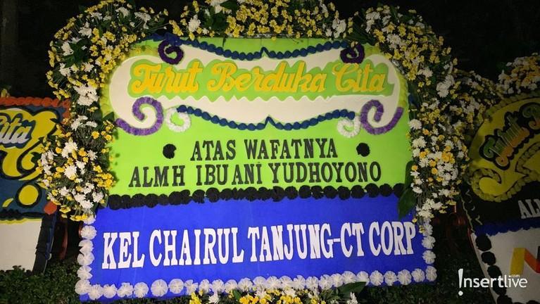 Chairul Tanjung dan keluarga juga menyampaikan ucapan dukanya dan mengirimkan karangan bunga untuk Ibu Ani.