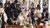 <p>Keluarga besar SBY, termasuk anak, menantu, dan cucu menaburkan bunga di makam Ani Yudhoyono, sang nenek yang kerap disapa Memo. (Foto: ANTARA FOTO/Puspa Perwitasari)</p>