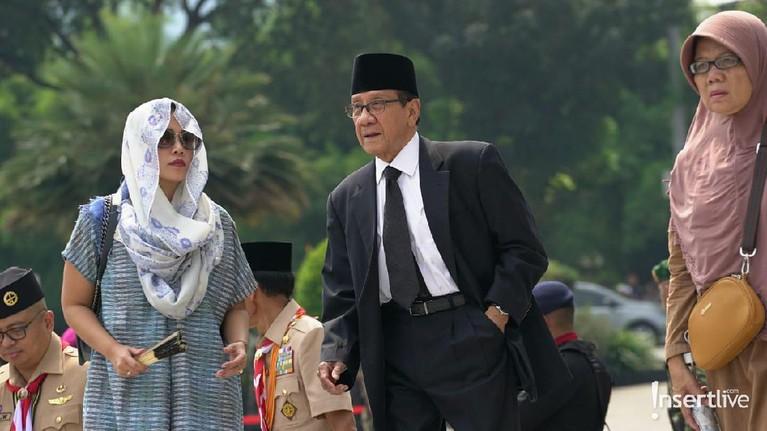 Mantan Ketua DPR, Akbar Tanjung, juga terlihat hadir di pemakaman istri Susilo Bambang Yudhoyono itu.