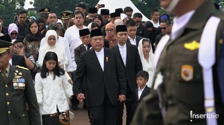 SBY menggandeng tangan sang cucu, Almira Tunggadewi Yudhoyono dan Airlangga Satriadhi Yudhoyono memasuki area pemakaman.