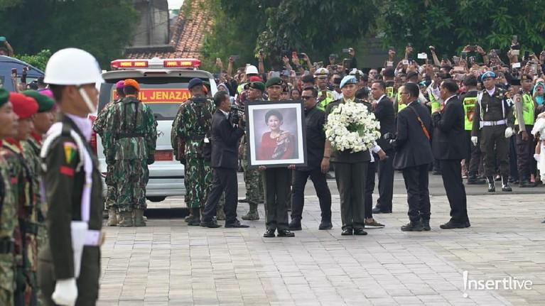 Kedatangan jenazah Ibu Ani pun disambut secara militer oleh pasukan dari TNI.