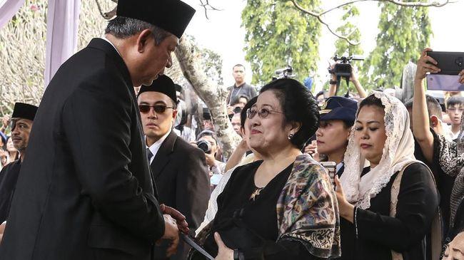 Susilo Bambang Yudhoyono bersalaman dan sempat berbincang dengan Megawati Sukarnoputri saat pemakaman Ani Yudhoyono di TMP Kalibata, Minggu (2/6).