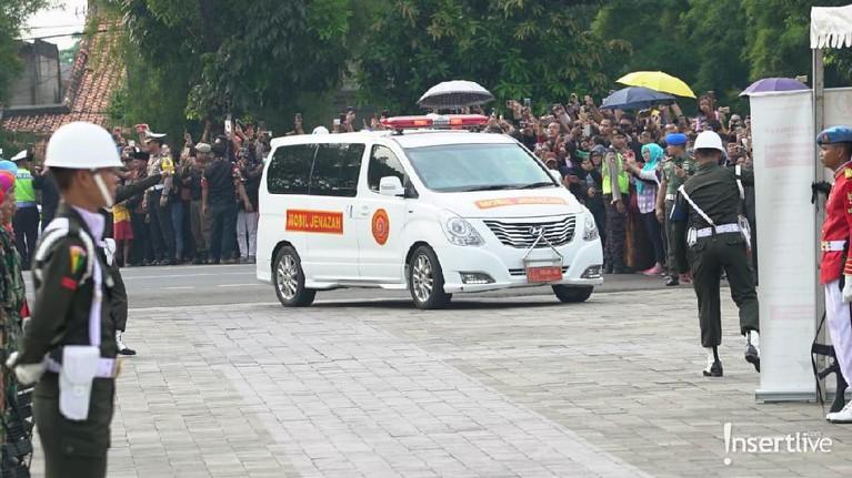 Mobil jenazah yang membawa Ani Yudhoyono tiba di Taman Makam Pahlawan Kalibata, Jakarta Selatan.