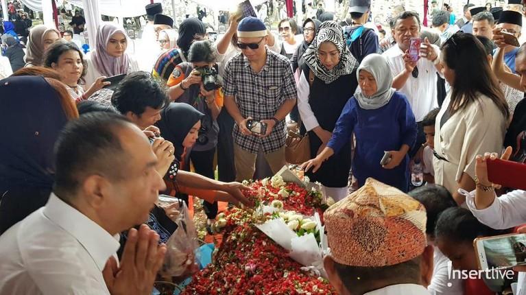Kepergian Ani Yudhoyono juga menjadi duka bagi banyak warga Indonesia.