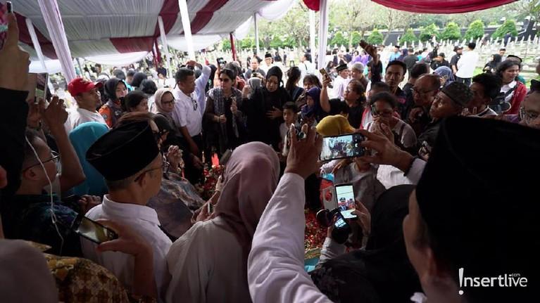 Kepergian Ani yudhoyono juga menjadi duka bagi warga Indonesia. Berikut ini suasana saat warga mendatangi makam Ibu Ani Yudhoyono untuk berdoa dan tabur bunga.