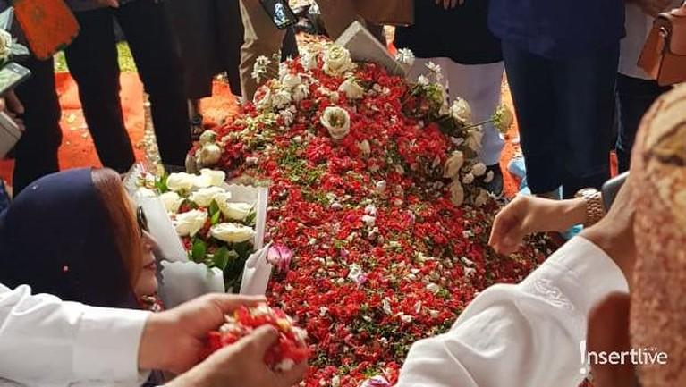Makam Ani Yudhoyono didatangi oleh banyak warga yang ingin melayat.